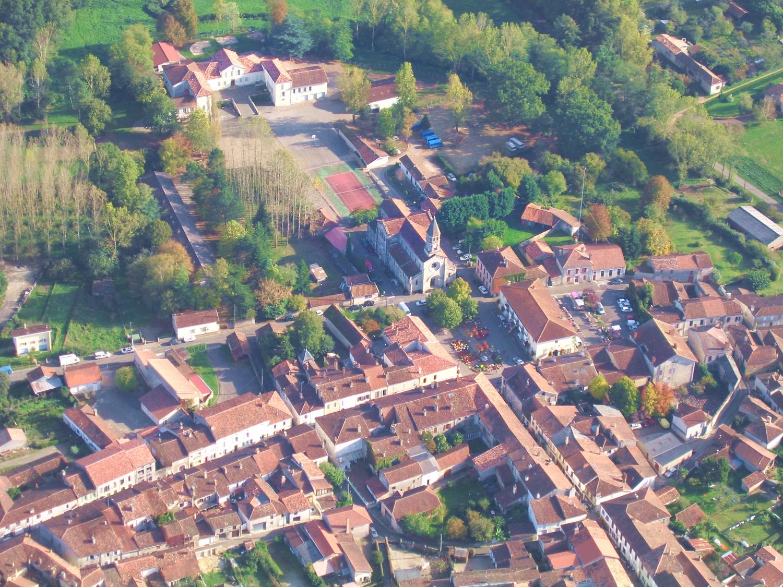 Vue aerienne du quartier de l'église Saint-Luperc