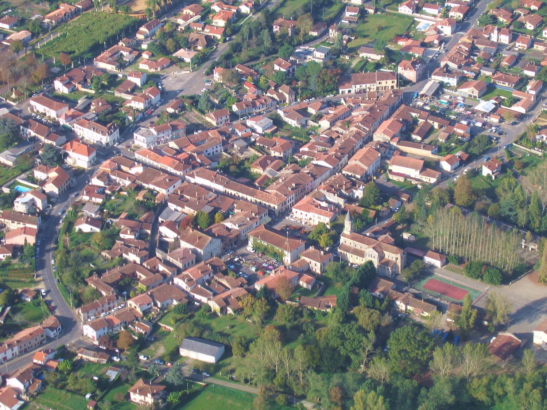 Vue aerienne du centre-ville de Gabarret