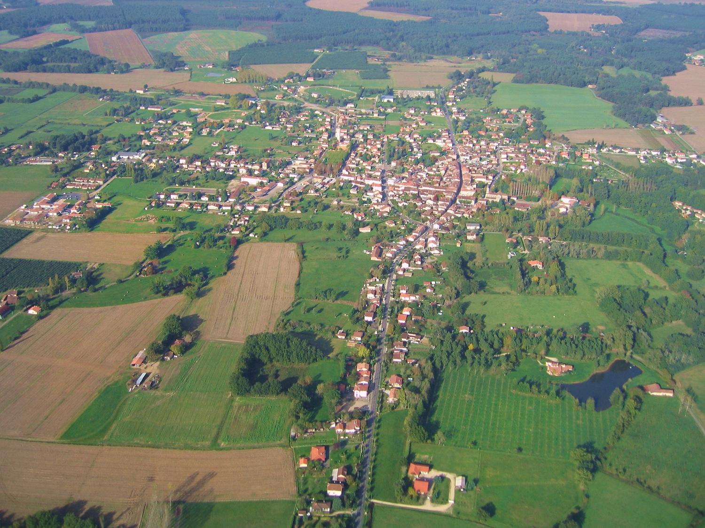 Vue aerienne de la ville de Gabarret en arrivant d'Escalans