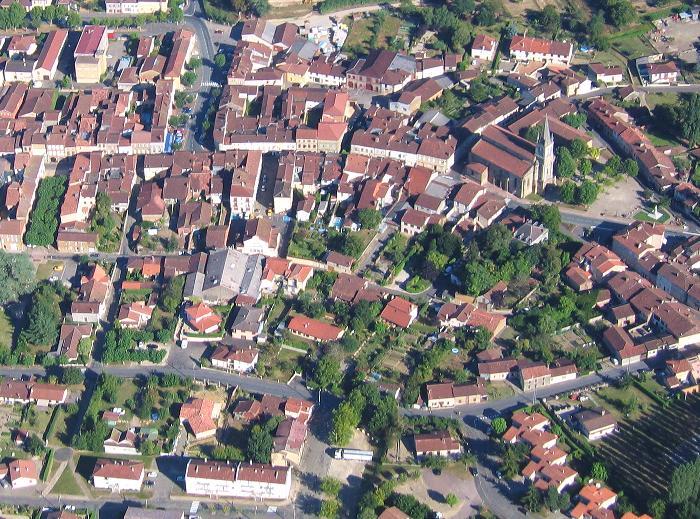 Vue aérienne de La collégiale Saint-Nicolas, église romane du XIIe siècle et ses environs