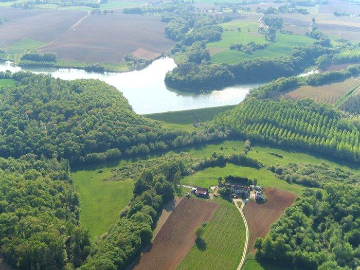 Vue aérienne du lac et de La Paloumère à Parleboscq